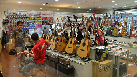 DSC03419_480x270-YongSan-iPark-Mall-Guitar-Store-Korea-Tech-BLog