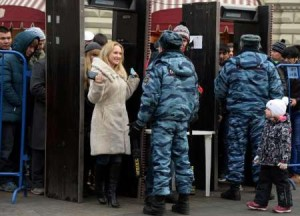 afp-Police officers check visitors in Red Square